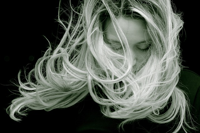 シャンプー トリートメント バサバサ 原因 対策 髪の毛 白黒写真 髪がグシャグシャに 目をつぶっている