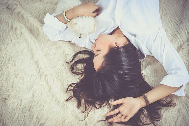 シャンプー トリートメント バサバサ 原因 対策 髪の毛 ベッドで横に 髪が長い女性 寝ている