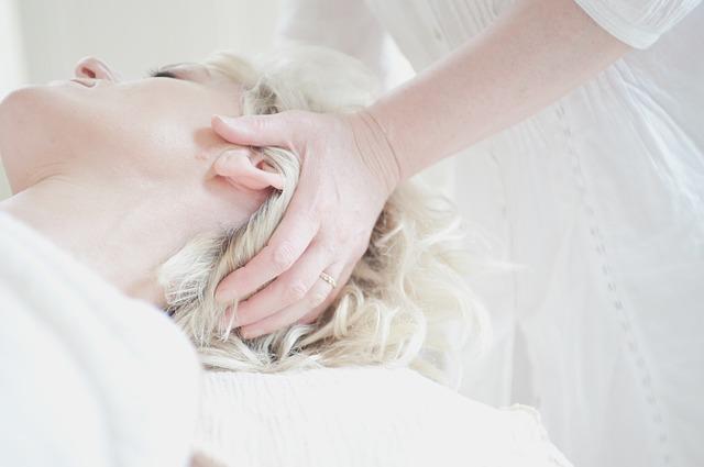 髪 セット 崩れる 前髪 横になって施術中 白い空間