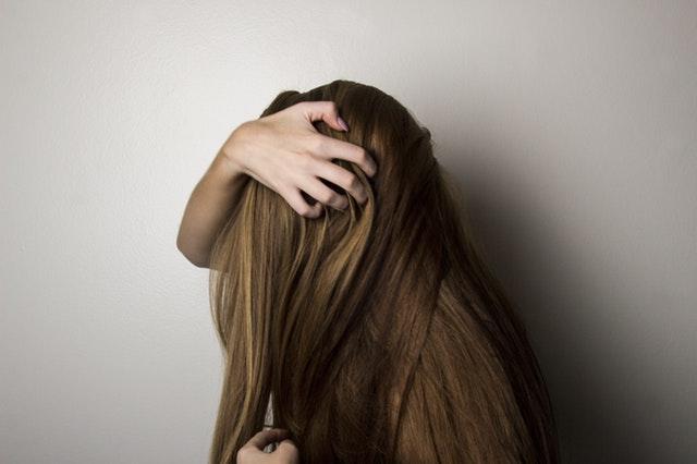 髪 乾きにくい ベタベタ 多い 猫っ毛 前髪 女性が横を向いている かき上げる