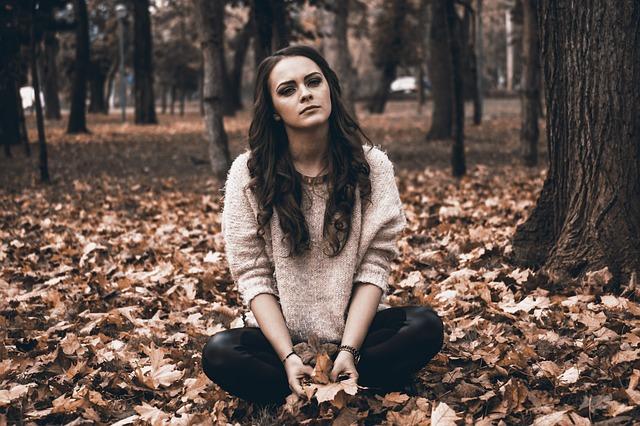 シャンプー トリートメント バサバサ 原因 対策 髪の毛 外で座っている 落ち葉がいっぱい