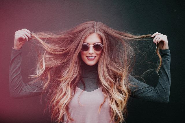 髪 セット 崩れる 前髪 女性が毛先を持つ サングラスをしている