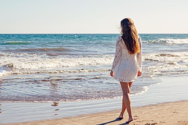 シャンプー トリートメント バサバサ 原因 対策 髪の毛 砂浜 白いワンピース ロングの女性