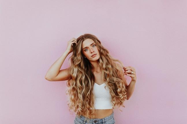 パーマ とれる 早い シャンプー 髪質 判断 頭皮をおさえている 髪が長い