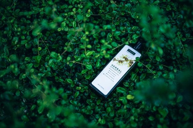 パーマ とれる 早い シャンプー 髪質 判断 緑の上にボトル 自然派のイメージ
